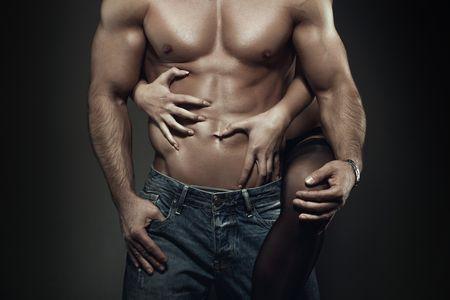 девушка обнимает мужчину с накаченным торсом
