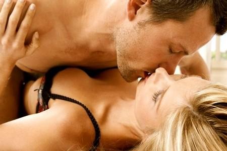 Мужчина целуется с женщиной