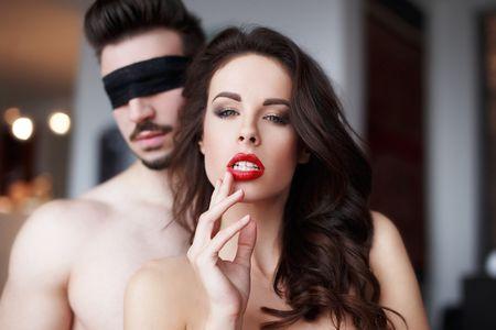 парень с завязанными глазами и девушка