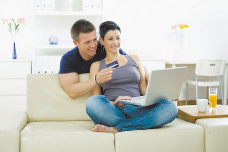 мужчина с женщиной за ноутбуком