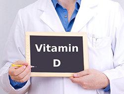 врач держит табличку с надписью Витамин Д